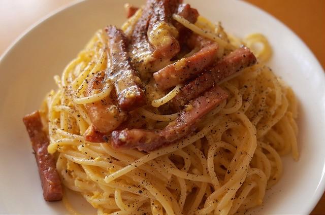 【週末パスタ】生クリーム抜き、挽きたての黒胡椒たっぷりの簡単カルボナーラ